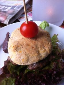 Hjemmelaget hamburger på grillen er sommermat!